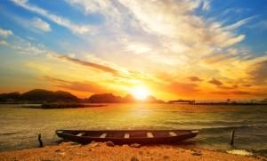 bonito-paisaje-de-playa-al-atardecer-con-una-barca_1112-212